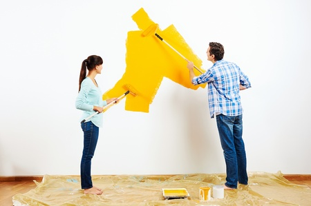 Foto de renovation diy paint couple in new home painting wall - Imagen libre de derechos