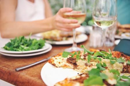 Photo pour Healthy restaurant lunch for vacation couple in summer - image libre de droit