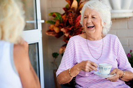 Photo pour Old friends laughing together and having tea - image libre de droit