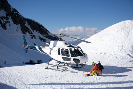 Foto de White rescue helicopter parked in the snowy mountains - Imagen libre de derechos