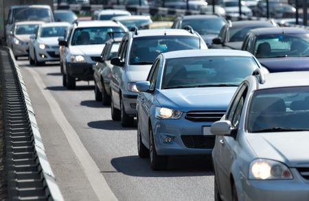Foto de Lots of cars standing in the queue at roadway - Imagen libre de derechos