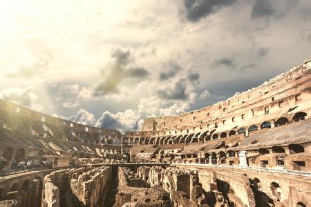 Foto de Tourists visiting the interior of the Colosseum, one of the New Seven Wonders of the World - Imagen libre de derechos