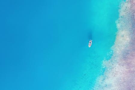 Foto de Top view of a white yacht in the sea - Imagen libre de derechos