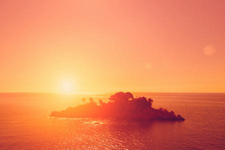Foto de Top view of a beautiful island in the sea at sunset - Imagen libre de derechos