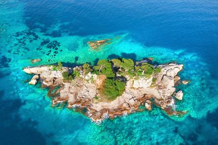 Foto de Top view of the island with green plants - Imagen libre de derechos