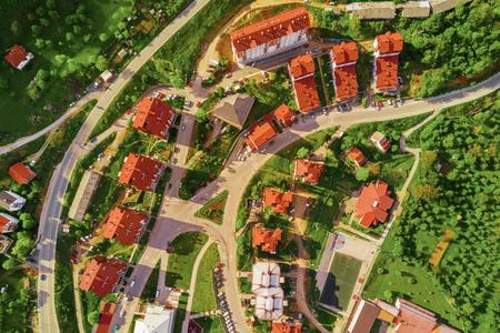 Foto de Top view of a city street with roads and red roofs of houses - Imagen libre de derechos