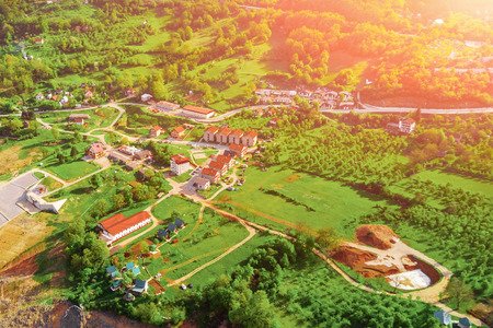 Foto de View from above of village with gardens in the mountains on a sunny day - Imagen libre de derechos