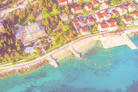 Foto de Top view of a resort town near the sea in the sunlight - Imagen libre de derechos