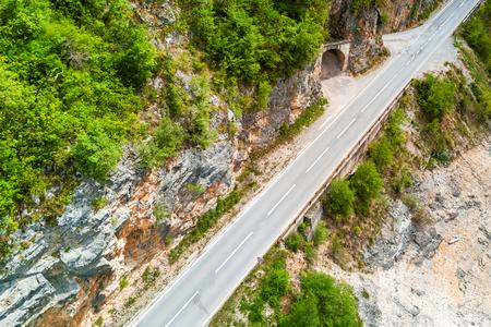 Foto de Top view of an empty asphalt road and a tunnel in the mountains - Imagen libre de derechos