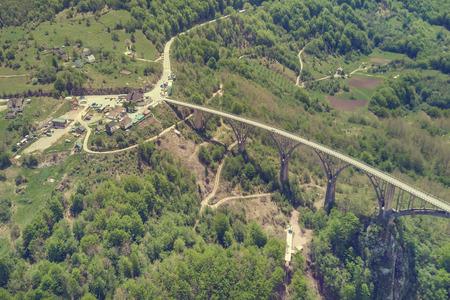 Foto de Top view of a transport bridge in the mountains, top view - Imagen libre de derechos