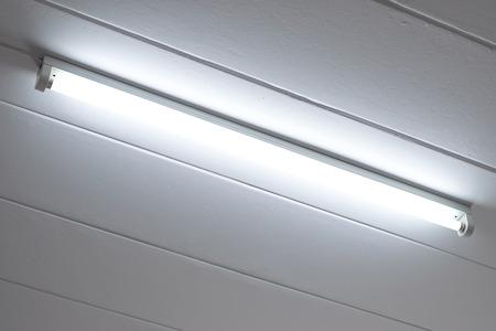 Foto de Fluorescent light bulb on the ceiling in the bedroom. - Imagen libre de derechos