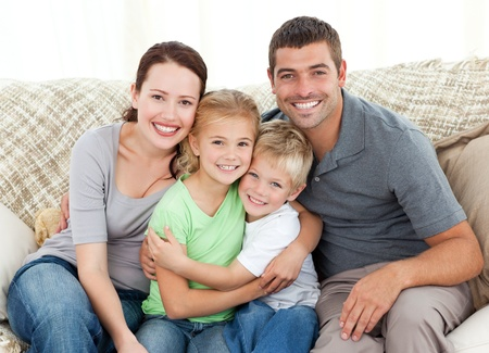 Foto de Happy family sitting on the sofa - Imagen libre de derechos