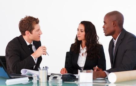Foto de Business people discussing in an office - Imagen libre de derechos