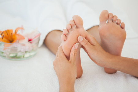 Foto de Woman receiving a foot massage at the health spa - Imagen libre de derechos