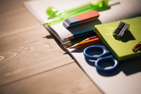 Foto de Students table with school supplies on it - Imagen libre de derechos