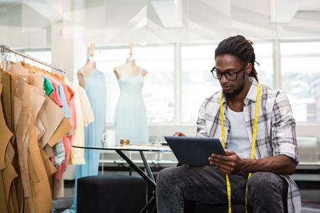 Foto de Male fashion designer using digital tablet - Imagen libre de derechos