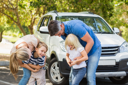 Photo pour Happy family getting ready for road trip on a sunny day - image libre de droit