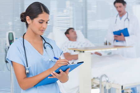 Foto de Doctors taking care of patient in hospital room - Imagen libre de derechos