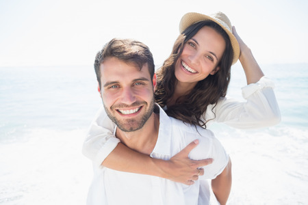 Foto de happy couple smiling at the beach - Imagen libre de derechos