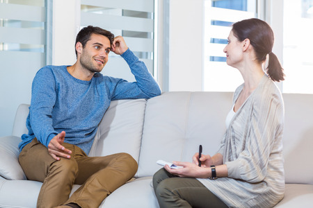 Foto de Psychologist talking with happy man in the office - Imagen libre de derechos