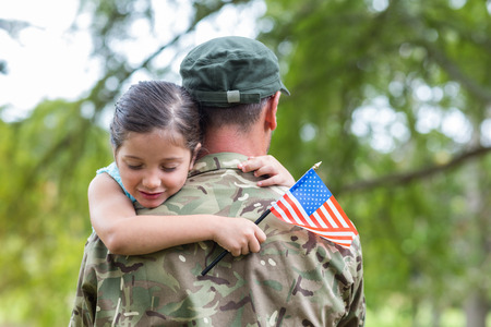 Foto de Soldier reunited with his daughter on a sunny day - Imagen libre de derechos