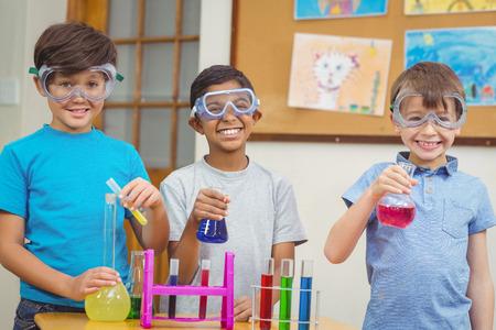 Foto de Pupils at science lesson in classroom at the elementary school - Imagen libre de derechos