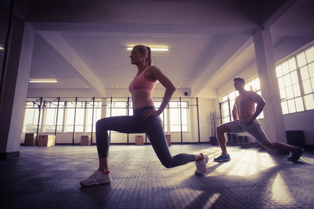 Photo pour Two fit people doing fitness in crossfit gym - image libre de droit