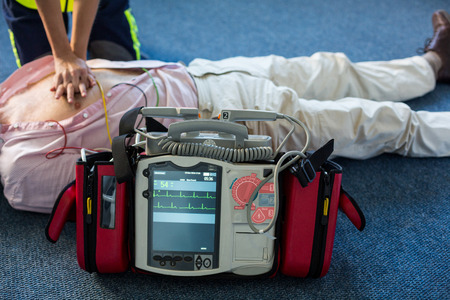 Foto de Paramedic using an external defibrillator during cardiopulmonary resuscitation in hospital - Imagen libre de derechos