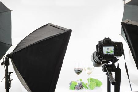 Photo pour Professional SLR camera on a tripod takes a shot in the studio. - image libre de droit