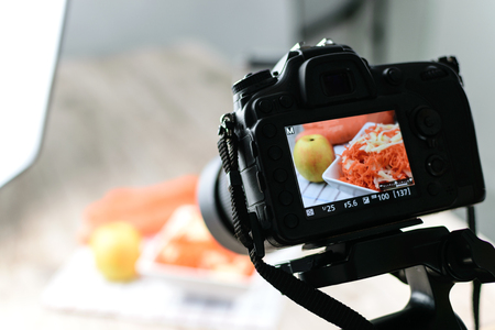 Photo pour Concept image  -  rear view of DSLR camera making a food photography in the photo studio - image libre de droit
