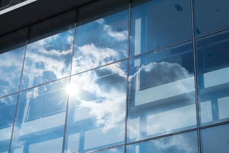 Foto de Sun ray and blue sky reflection on window office building, Business concept. - Imagen libre de derechos