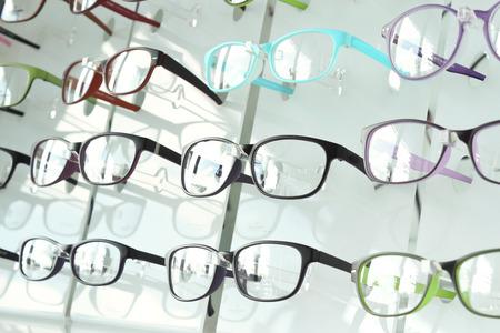 Foto de eye glasses on the shelf - Imagen libre de derechos