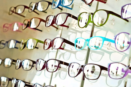 Foto de eye glasses on the shelf - Imagen libre de derechos