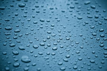 Foto de Water drops on a metalic grey car background - Imagen libre de derechos