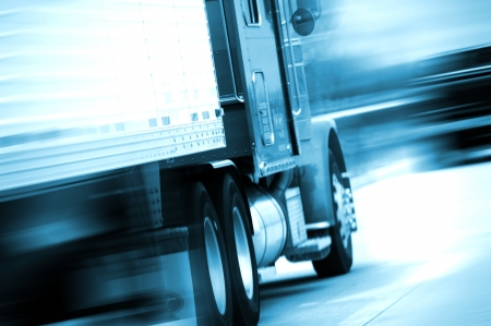 Photo pour Semi Truck in Motion. Semi Track Speeding on the American Highway. Motion Blurred. Blue Tones. Transportation and Spedition Photo Collection. - image libre de droit