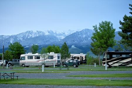 Foto de RV Park in Montana. Recreation Vehicles in the RV Park. Montana Mountains on the Horizon. Montana RV Trip. - Imagen libre de derechos