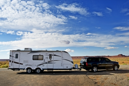 Foto de RV Trailer Journey. Travel Trailer Pulling by Large Sport Utility Vehicle in Arizona USA. RV Adventures. Recreation Photo Collection. - Imagen libre de derechos