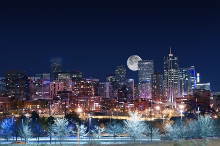 Foto de Denver Skyline West Side. Night in Colorado. Downtown Denver with Moon. United States. - Imagen libre de derechos