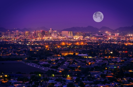 Foto de Phoenix Arizona Skyline at Night. Full Moon Over Phoenix, Arizona, United States. - Imagen libre de derechos
