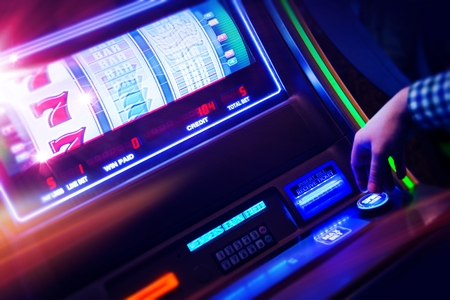 Foto de Casino Slot Machine Player Closeup Photo - Imagen libre de derechos