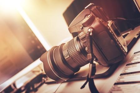 Foto de Digital Photography Workstation. Modern Digital DSLR Camera, Laptop Computer and Display. - Imagen libre de derechos