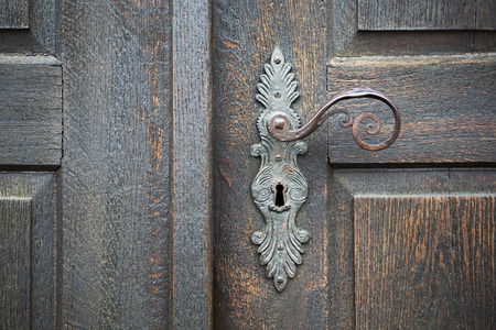 Photo pour old wooden entrance door with antique door handle - image libre de droit