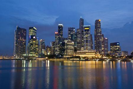Photo pour Singapore City Evening Skyline - image libre de droit