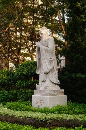 Photo pour Confucius statue in a park - image libre de droit