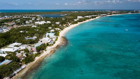 Foto de Aerial view of Seven Mile Beach on Grand Cayman (BWI) - Imagen libre de derechos