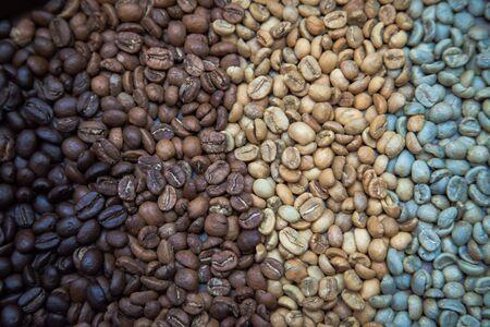 Foto de different coffee beans forming beautiful organic texture - Imagen libre de derechos