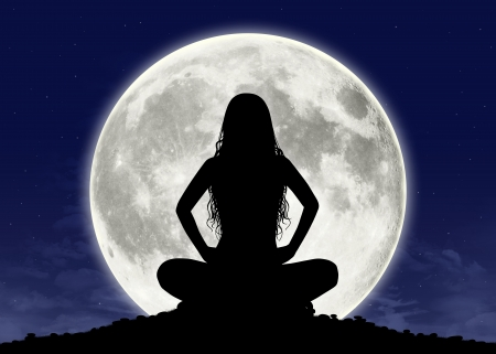 Foto de silhouette of a young beautiful woman with long hair in meditation posture with the full moon on the background - Imagen libre de derechos