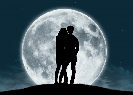 Foto de silhouette of a young couple in love looking at the full moon - Imagen libre de derechos