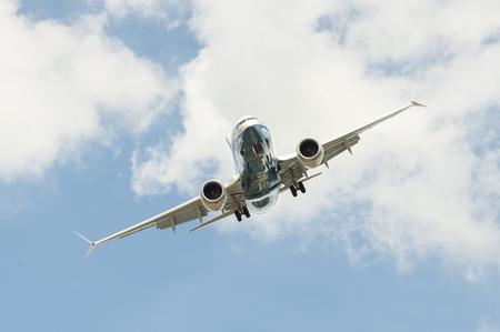Foto de Farnborough, UK - July 16, 2018: Boeing 737 MAX on a steep angled landing descent to Farnborough Airport, UK - Imagen libre de derechos