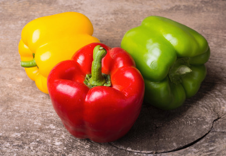 Photo pour Green , yellow and red bell pepper background - image libre de droit